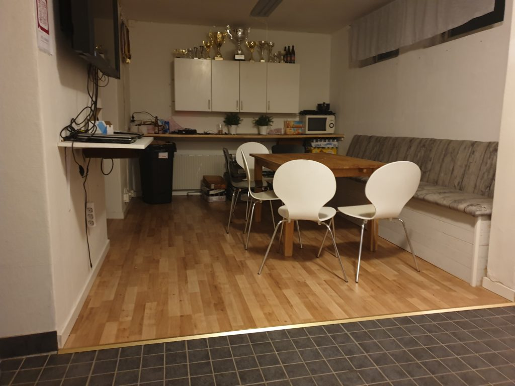 Del av köket med matbord och sittplatser